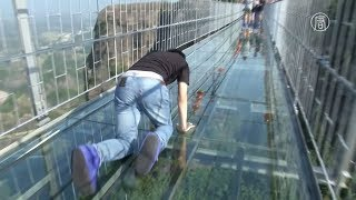 Стекляный мост ,трескается стекло под ногами у туриста.Далее гид упал на колени и закричал от ужаса.