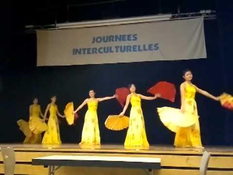 Tiết mục múa quạt của chị em tại Nantes (Pháp)