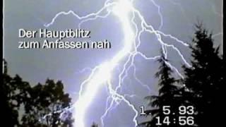 Gewitter mit starken Erdblitzen und einem Naheinschlag