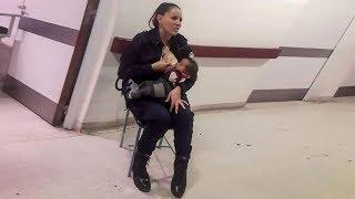 Женщина-полицейский кормит брошенного малыша грудью, пока врачи заняты своими делами