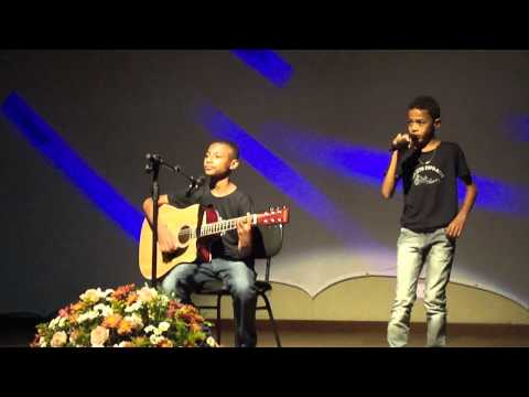 Ramon e Rafael cantando no centro culturall