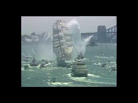 Legendarne przejście Daru Młodzieży pod pełnymi żaglami pod mostem w Sydney w 1988