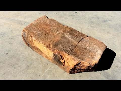 Он случайно уронил этот кирпич, пока строил погреб. Внутри кирпича было нечто неожиданное.