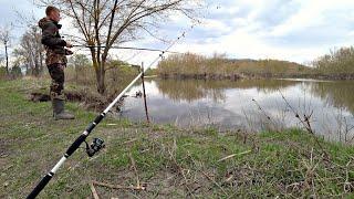 Рыбалка на маховую удочку и донку Странная машина на берегу реки Решил заглянуть внутрь