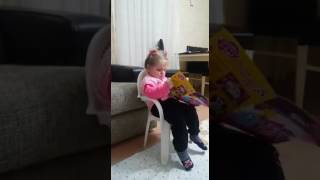 Gambar cover Kuzenimiz Zeynep Rana kitap okuyor