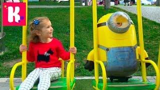 Миньоны на прогулке и подушка пердушка Прикол Катя гуляет с миньоном на детской площадке и в кафе