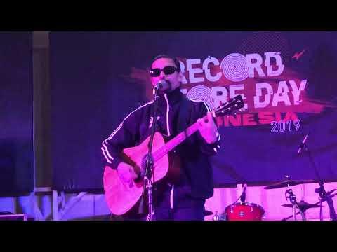 Free Download Noh Salleh - Bunga Di Telinga (live At Record Store Day Indonesia 13/04/2019) Mp3 dan Mp4