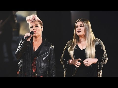 """Kelly Clarkson & P!nk """"Everybody Hurts"""" LIVE at the 2017 American Music Awards"""