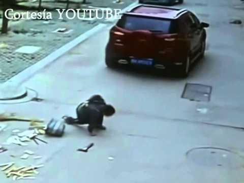 Un niño es atropellado por un carro y se levanta como si ...