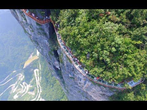 Даже от фото этого стеклянного моста, висящего на высоте 1,5 км, захватывает дух