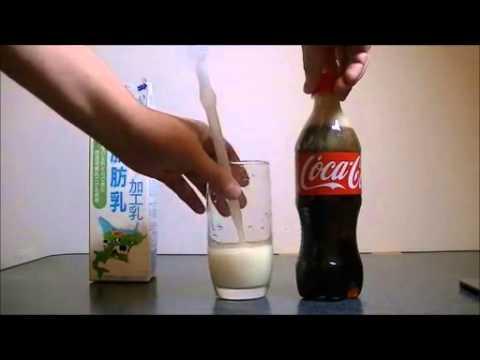 コーラに牛乳を混ぜるとすごい事になる!
