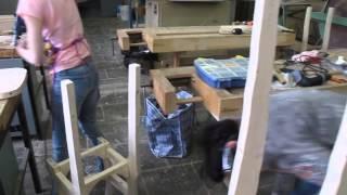 Стулья из дерева своими руками. Женская сборная креативной столярки(Столярные курсы для начинающих. http://kedrosadmaster.ru/Девушки учаться изготавливать стул из дерева своими руками..., 2015-04-21T10:18:00.000Z)
