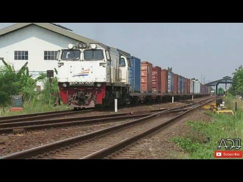 Kereta Api Panjang Angkutan Barang Di Stasiun Jatibarang