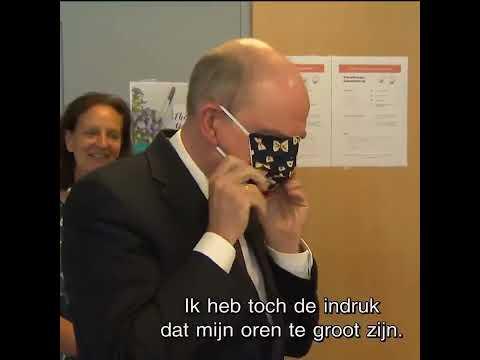 Belgian minister struggles to put on face mask - YouTube