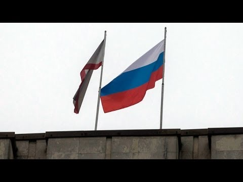 Video: Russian flag raised on top of parliament building in Crimea, Ukraine