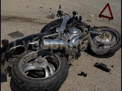Сотрудник комендатуры на мотоцикле врезался в мусоровоз в Хабаровске.  Mestoprotv