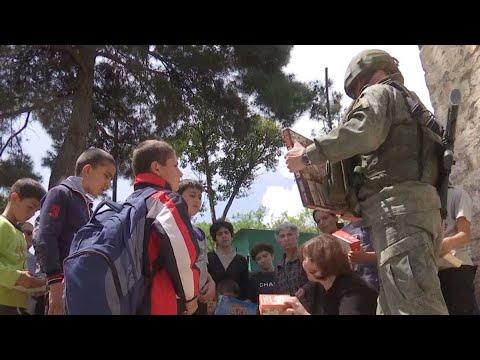 Передача российскими миротворцами гуманитарной помощи в отдаленных поселках Нагорного Карабаха