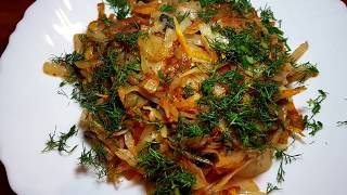 Тушеная капуста с грибами на сковороде. Два рецепта: со сметаной и с томатном.