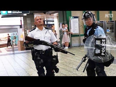 地下鉄駅で丸腰の人民を殴り人民に銃口を向ける「人民の警察」(香港7月28日)好威風啊!人民的公安警察