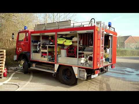 Eimbeckhausen: Papierpresse brennt am Supermarkt / Löschfahrzeug rutscht auf Anfahrt in Bankette
