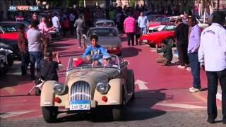 محبو السيارات القديمة يعرضون مقتنياتهم بالقاهرة