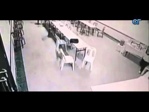 Приведение в кафе, кидает мебель, двигает стулья.  Реальное видео