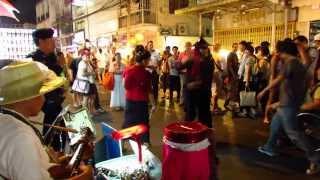 Chiang Mai, sunday naight bazaar,en  police officer skujner en folklåt.