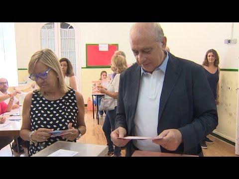 Increpan a Fernández Díaz tras votar en Barcelona