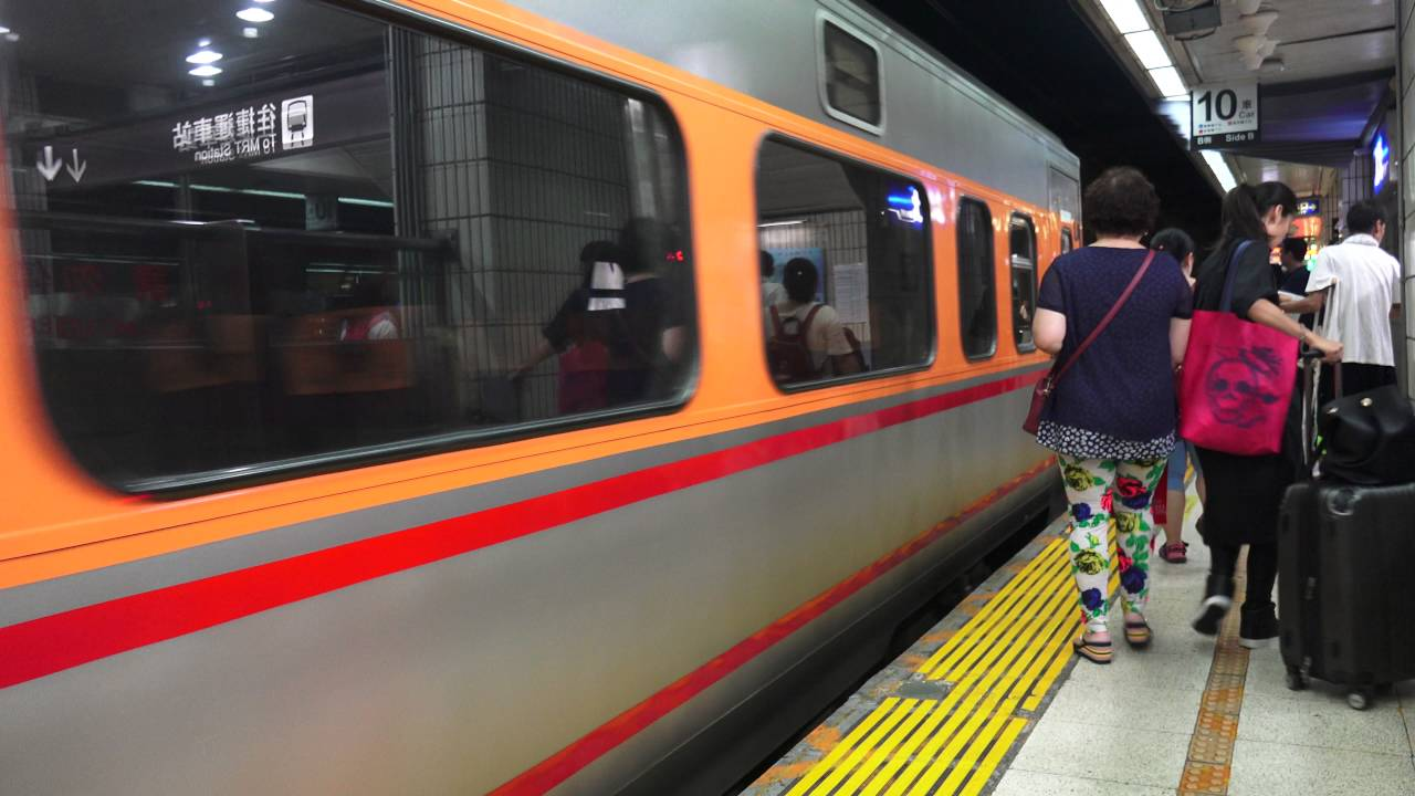臺鐵 臺北車站 第四月臺 回送列車 平車 PP車廂 - YouTube