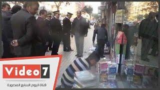 بالفيديو ..اللواء جمال السعيد يأمر بائع كتب بوسط البلد برفعها من على الرصيف