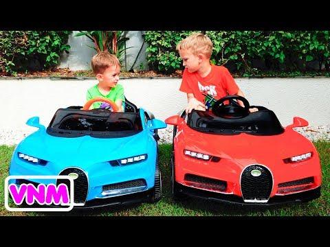 Nikita bé nhỏ ngồi trên ô tô và xe biến đổi màu