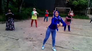 Download Video FOKUS YANG BAJU BIRU, Senam aerobik ibu berjilbab MP3 3GP MP4
