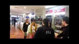 Repeat youtube video Mujer furiosa ataca local de Movistar