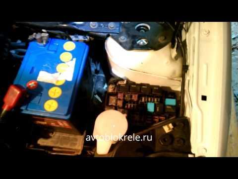 Блок предохранителей и реле под капотом Mazda Demio