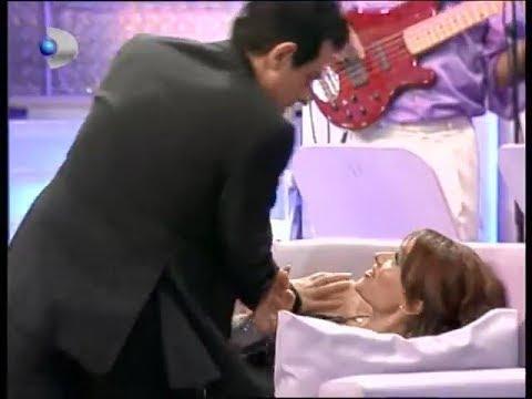 Okan Bayülgen, Hilal Cebeci'yi koltuğa yatırıp saldırıyor ve Beyaz'la kucaklıyor! (31 Aralık 2003)
