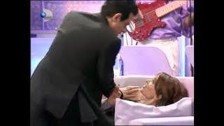 Okan Bayülgen, Hilal Cebeciyi koltuğa yatırıp saldırıyor ve Beyazla kucaklıyor (31 Aralık 2003)
