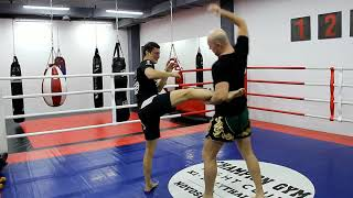 Видео-урок по тайскому боксу | Защита от бокового удара ногой
