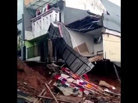 Jalan Ambles dan longsor di Kalisari Pasar Rebo