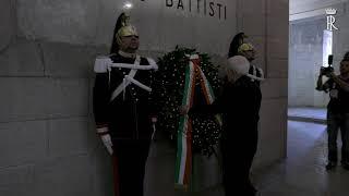 Trento -  il Presidente Mattarella depone una corona al Mausoleo Cesare Battisti
