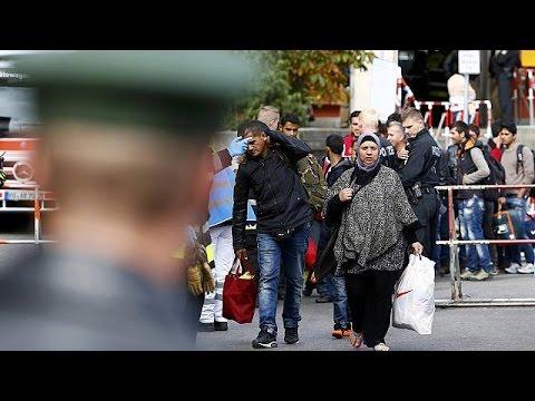 2500 مهاجر يصلون مدينة ميونخ الاثنين.. والعشرات يباتون في العراء في المجر