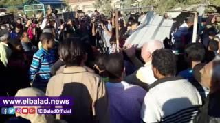 انتهاء مراسم دفن جثمان الراحل محمود عبد العزيز بالاسكندرية.. فيديو
