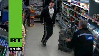 Un policía británico paraliza con una pistola eléctrica a un ladrón que llevaba un cuchillo