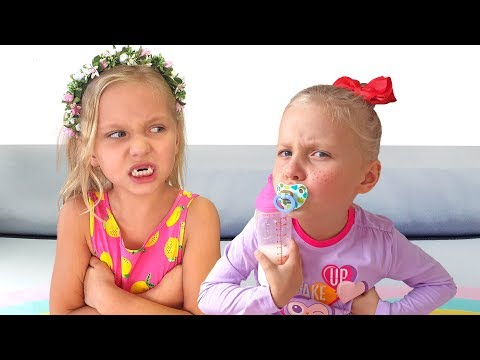 Алиса и Ева играет в соревнования с игрушками и маленькой сестричкой
