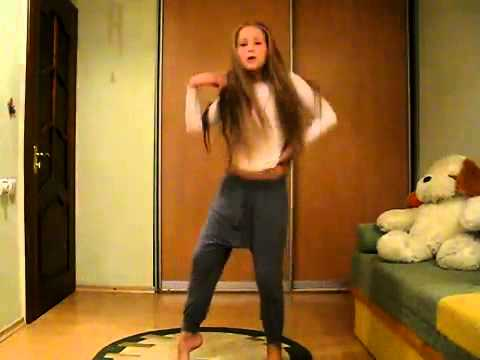 Девушки в трусиках танцуют