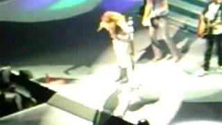 NEW! Miley Cyrus - 7 Things - Runs Off Stage!!  - Wonder World Tour 2009