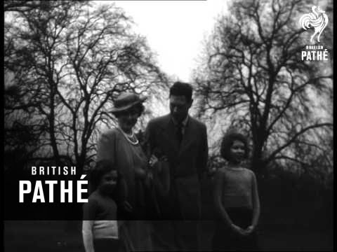 Royal Family In Palace Grounds (1937)