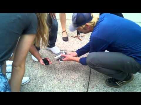 Thả iPhone 4S và Galaxy S II xuống đất để thử độ bền