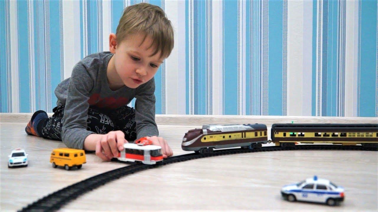 Поезд Машинки и железная дорога Железный человек катается на поезде Играем в игрушки для мальчиков