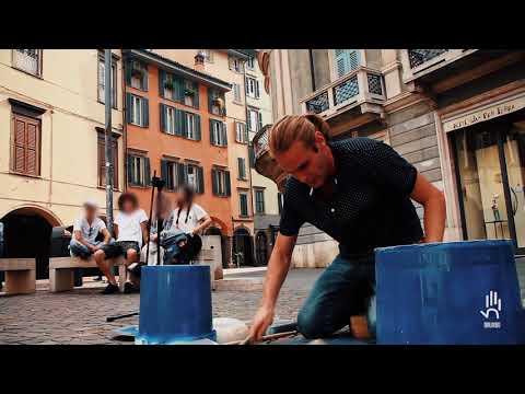 Drumbo. Batterista rasoterra. Live Bergamo 2017. Street drummer live on trash. Marco Innocenti.
