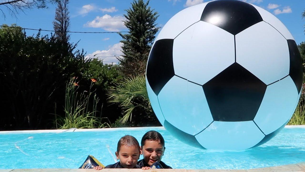 Le plus gros ballon de foot du monde dans la piscine for Swan et neo piscine